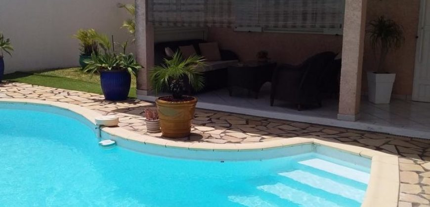 Charmante villa F4 avec piscine, Petite Ile